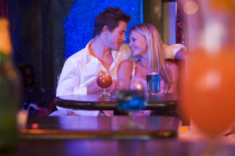 tyttöystävä baarissa
