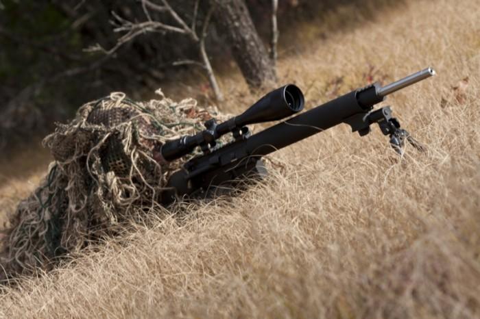 tarkka-ampuja väijymässä