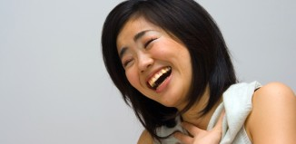 naurava kiinalainen nainen