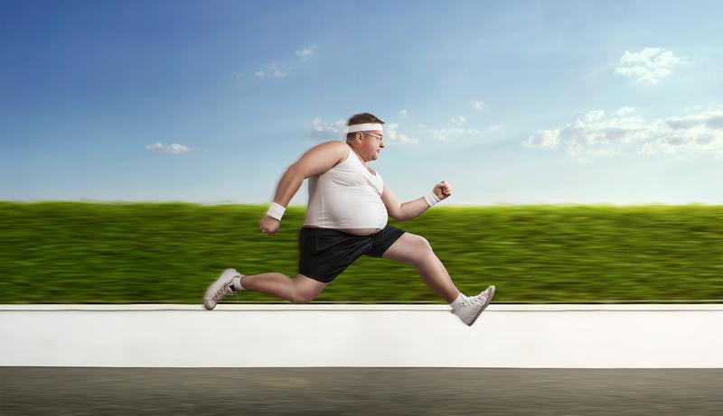 lihava mies polttaa rasvaa
