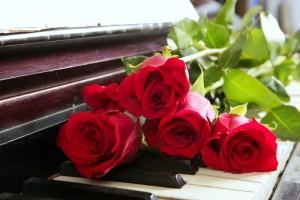 ruusut pianon päällä