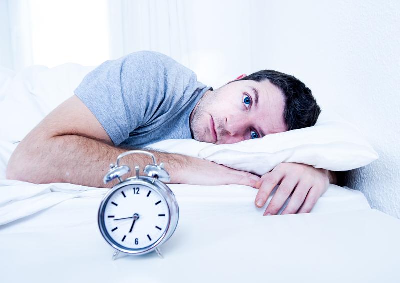 mies kärsii unettomuudesta