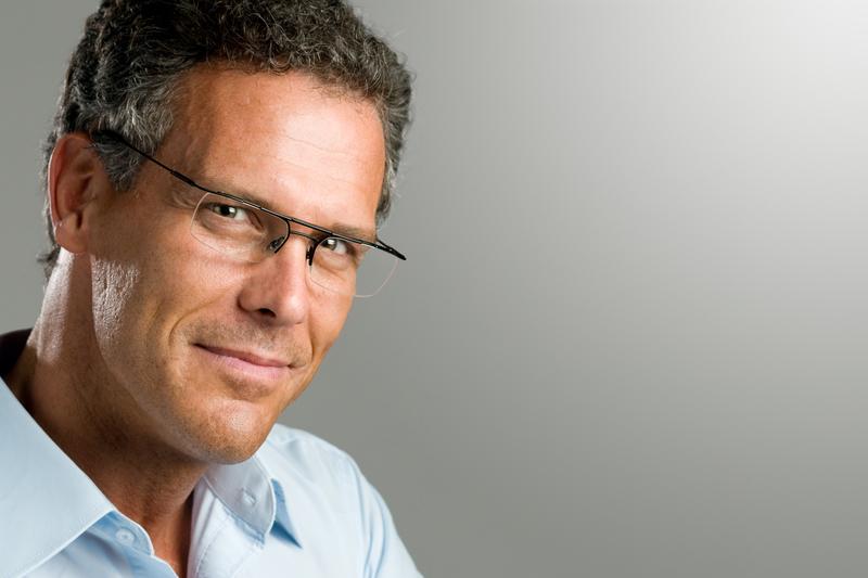 kehyksettömät silmälasit miehellä
