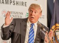 Donald Trump puhuu mikrofoniin