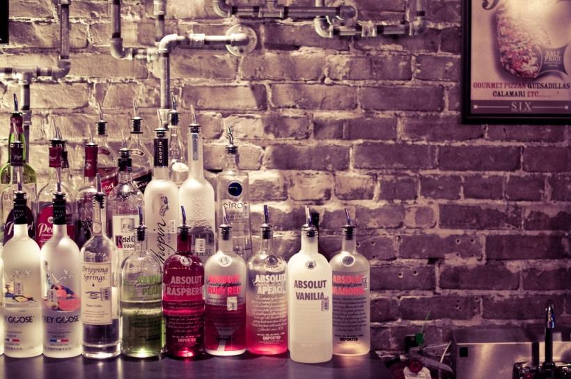 Vodka kokoelma tiiliseinää vasten