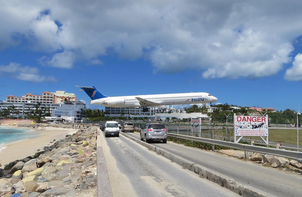 lentokone laskeutuu maho beachille