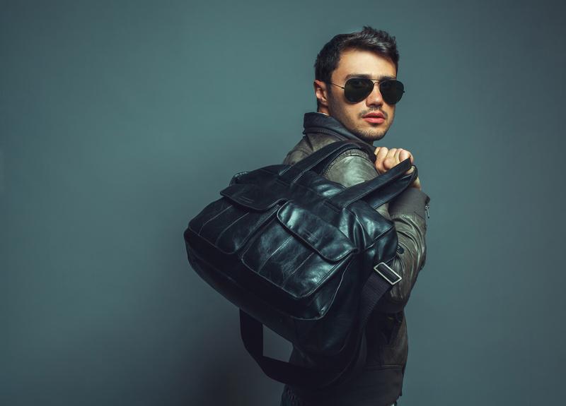 musta miesten laukku